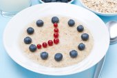 Oatmeal with berries in the form of dial, close-up — Stock Photo