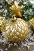 Composición de navidad con balón de oro y bokeh — Foto de Stock