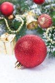 Komposition mit rot christmas ball und dekorationen, vertikale — Stockfoto