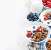 Breakfast with granola, yogurt and berries — ストック写真