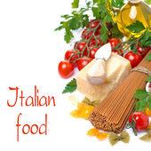 Wholegrain spaghetti, parmesan, cherry tomatoes, fresh herbs — Photo