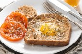 Fried egg and tomatoes in a toast for breakfast — ストック写真