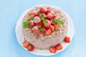 Schokoladenkuchen mit frischen Erdbeeren auf blauem Hintergrund — Stockfoto