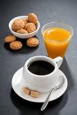 Koffie, Italiaanse cookies en jus d'orange op zwarte achtergrond — Stockfoto