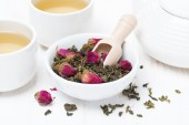 Green tea with rosebuds, cups and teapot — Stock Photo