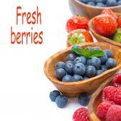 Assortimento di frutti di bosco - lamponi, mirtilli e fragole — Foto Stock