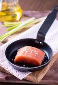 Сырая красная рыба филе с морской солью на сковороде — Стоковое фото