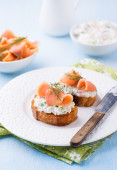 Canapes with smoked salmon and cream cheese — Stockfoto