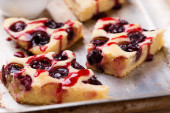 Homemade cherry cake with sauce — Stock Photo