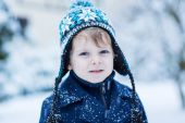 Little toddler boy having fun with snow outdoors on beautiful wi — Stock Photo