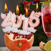 Two glasses with red champagne and candles 2015 — Stock Photo