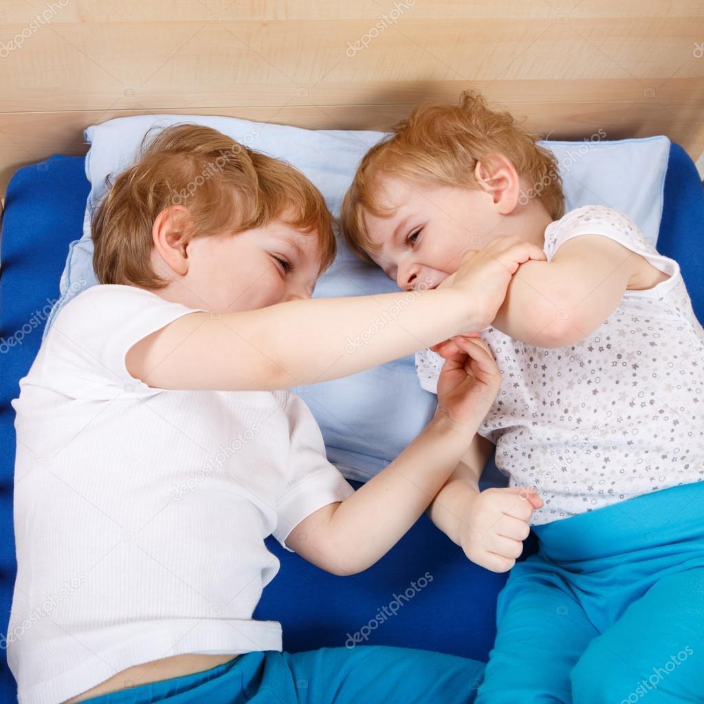 Zwei kleine kleinkind jungs spaß haben und kämpfen — stockfoto ...