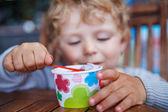 маленький малыш ест мороженое летом — Стоковое фото