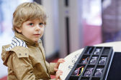 可爱的小小孩男孩在眼镜店在选择他新 gl 期间存储 — 图库照片