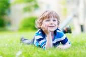 Happy child enjoying on grass field and dreaming — Stock fotografie