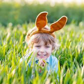 Funny kid boy of 3 years with Easter bunny ears, celebrating Eas — Stockfoto