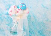 Svatební dort pops v bílé a měkké modré. — Stock fotografie