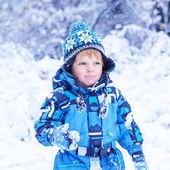 Toddler biały chłopiec zabawy ze śniegiem na zimowy dzień — Zdjęcie stockowe