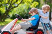 Две счастливые брат мальчики с удовольствием с игрушечный автомобиль — Стоковое фото