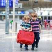 Dwóch chłopców brat wybierasz się na wakacje wycieczka na lotnisko — Zdjęcie stockowe