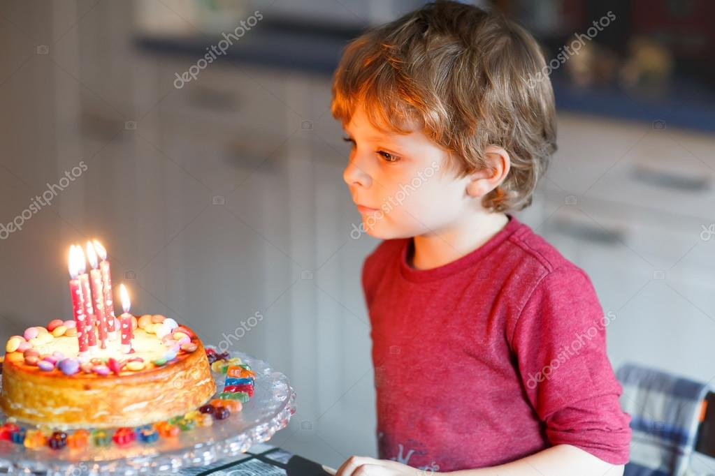 Годовалый малыш дует торт