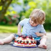 Kleine Junge feiert seinen Geburtstag im Haus ist Garten mit großen ca — Stockfoto