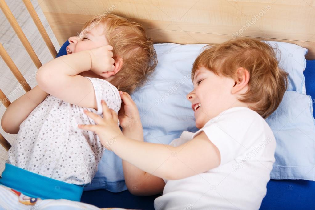 Zwei kleine Kleinkind-Jungs Spaß haben und kämpfen — Stockfoto ...