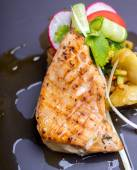 Grilled salmon fish steak with vegetable salad — Foto de Stock