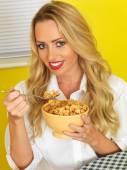 Jovem mulher a comer cereais de pequeno-almoço — Fotografia Stock