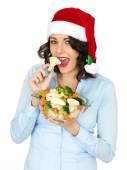 調理された野菜のボウルを持ってサンタ帽子の若い女性 — ストック写真