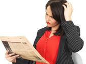 阅读一份报纸的年轻商界女强人 — 图库照片