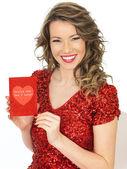 Sevgililer kartı tutan mutlu genç kadın — Stok fotoğraf