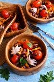 Pişmiş fasulye, sebze ve ahtapot salatası — Stok fotoğraf