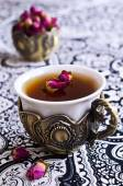 Tea roses in a beautiful Cup with Oriental motifs — ストック写真