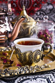 Tea roses in a beautiful Cup with Oriental motifs — Stock Photo