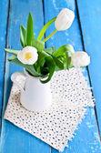 Bílé tulipány ve váze — Stock fotografie