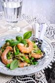Pasta with shrimp and peas — Stock Photo