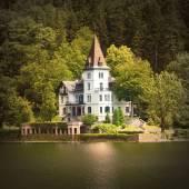 The Grundlsee lake coast with beautiful castle — Stock Photo