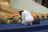 Kvinnan ber jätte Buddhas fötter — Stockfoto