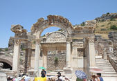 Tourist group listening their guide at the Temple of Hadrian in Ephesus — Stock Photo