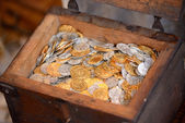 Forziere pieno di monete — Foto Stock