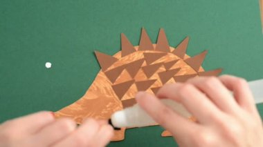 Creating hedgehog of paper — Stok video