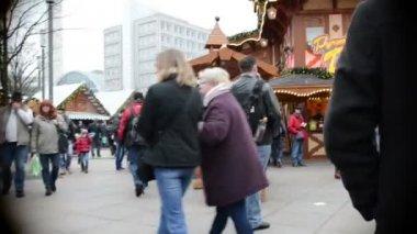 People visiting the Xmas fair at Alexanderplatz in Berlin (Germany) — Stock Video
