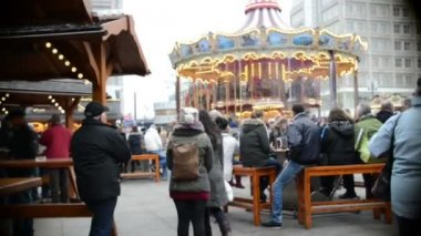 People visiting the Xmas fair at Alexanderplatz in Berlin (Germany) — Stock Video