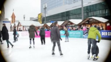 People ice skating on Xmas fair at Berlin Alexanderplatz — Video Stock
