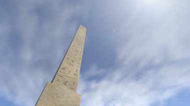 An animation of an obelisk with hieroglyphs — Stock Video
