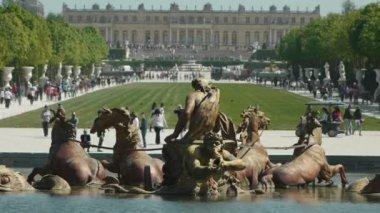 Fountain of Apollo in Versailles gardens — Stock Video