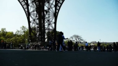 People at the square under the Eiffel tower — Stock Video