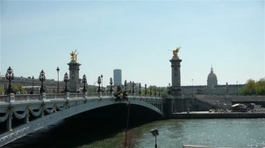 River Seine and Pont Alexandre III — Stock Video