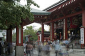Crowds at senso ji temple tokyo — Stock Photo